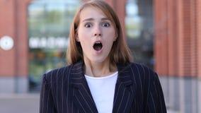 Wundernde Geschäftsfrau im Schock, erstaunt stockfotos