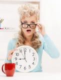 Wundernde Geschäftsfrau mit Uhr stockfoto
