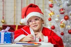 Wundernde Zugnummer des Mädchens für Weihnachten Lizenzfreie Stockfotografie