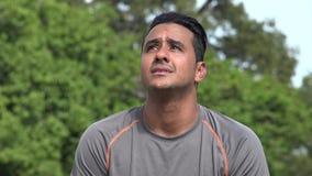 Wundernder athletischer hispanischer erwachsener Mann stock footage