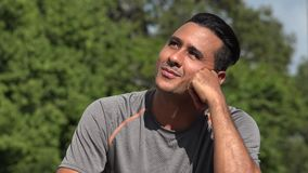 Wundernder athletischer hispanischer erwachsener Mann stock video