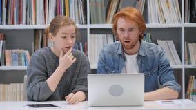 Wundernder Mann und Frau im Schock bei der Arbeit im Büro lizenzfreies stockbild