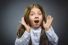 Wunderndes Mädchen Nahaufnahme-Porträt des hübschen Kindes auf grauem Hintergrund stockfoto