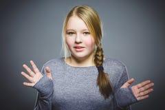 Wunderndes Mädchen Nahaufnahme-Porträt des hübschen Kindes auf grauem Hintergrund Stockfotografie