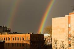 Wunderregenbogen über der Stadt Stockbild