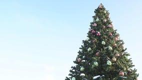 Wunderschön dekorierter Weihnachtsbaum auf einem Hintergrund des blauen Himmels Textstelle Neujahr und Weihnachten, Kopierraum stock video footage