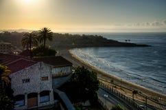 Wunderstrand und Tarragona-Stadt im Sonnenaufganglicht, Spanien Lizenzfreies Stockfoto
