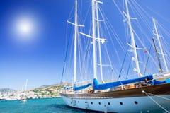 Wundervolle Yacht im blauen Schacht nahe Bodrum Stadt. stockbilder