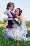 Wundervolles junges Verlobtes und schönes kleines Mädchen Lizenzfreies Stockfoto