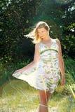 Wundervolles Mädchen in der Sommerkleidung Stockfotos