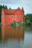 Wundervolles rotes Schloss auf dem See (vertikal) Lizenzfreie Stockbilder