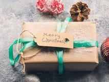 Wunsch des Hintergrundes der frohen Weihnachten mit Geschenk Stockbilder