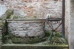 Wunschbrunnen gegen Stadtmauer in Cittadella, Italien stockfoto