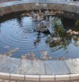 Wunschbrunnen im Freien mit Skulpturmittelstück lizenzfreies stockfoto