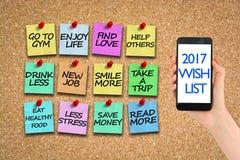 Wunschliste 2017 auf corkboard mit bunten Papierstiften Stockbild