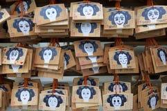 Wunschplaketten hölzernen Emas, die an Tsuyunoten-Schrein in Osaka hängen lizenzfreie stockfotos