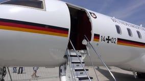 Wunstorf, Alemania - 9 de junio de 2018: Día abierto del Ejército alemán en la base aérea Wunstorf Bombardero 5000 globales VIP metrajes