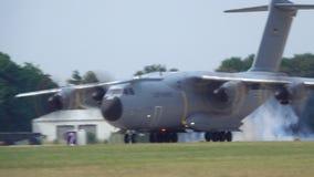 Wunstorf, Duitsland - Juni 09, 2018: Bundeswehr Open Dag bij de luchtmachtbasis Wunstorf Militaire luchtbusa400m four-engine schr stock videobeelden