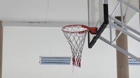 Wurf in einem Basketball in das Band stock video footage