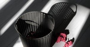 Wurfspapiere in Plastikabfalleimer stock video