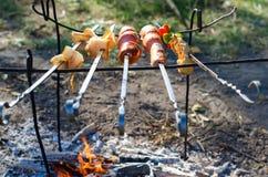Wurst-, Brot- und Gemüseaufsteckspindeln auf Grill im Naturfeuer lizenzfreie stockbilder