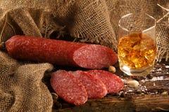 Wurst in einem Glas Whisky lizenzfreies stockbild