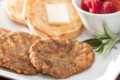 Wurst Patty Breakfast mit englischem Muffin und frischer Frucht Lizenzfreie Stockfotos