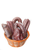 Wurst, presunto na cesta isolada Algumas varas da salsicha embalados a vácuo Fotografia de Stock Royalty Free