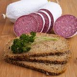 Wurst - Salami, Brot, Petersilie Lizenzfreie Stockfotos