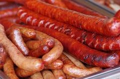 Wurst und Hotdoge auf dem Behälter Lizenzfreies Stockfoto