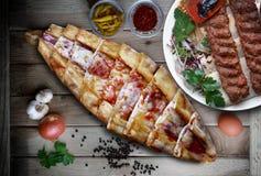 Wurst- und Käsepittabrot mit Adana-Kebab Stockfoto
