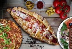 Wurst- und Käsepittabrot mit Adana-Kebab, lahmacun Lizenzfreies Stockfoto
