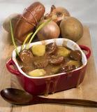 Wurstgulasch mit Kartoffeln lizenzfreie stockfotografie