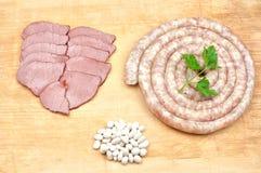 Wurstrindfleischfleischscheiben und -bohnen Lizenzfreie Stockfotografie