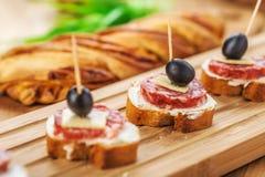 Wurstsandwiche, -käse und -oliven Stockfotos