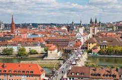 Wurtzbourg, Allemagne, le 15 septembre Panorama de vieille ville avec le vieux pont principal photographie stock libre de droits