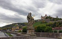 Wurzburg - ponte con il san Kilian fotografie stock