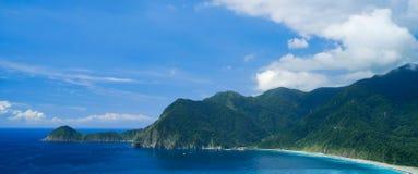Wushihbi kustlandskap - berömd naturlig fläck av Yilan, Taiwan Flyg- sikt för fågelöga med himmel och solljus för morgonblått lju royaltyfria foton