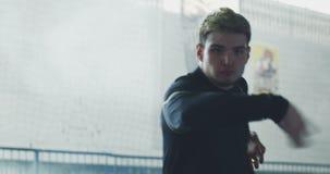 Wushu de formation de jeune homme clips vidéos