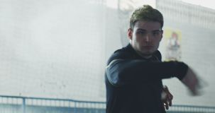 Wushu do treinamento do homem novo video estoque