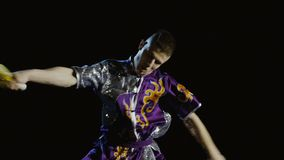 Wushu do treinamento do homem novo com espada filme