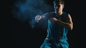 Wushu do treinamento do homem novo contra o fundo preto filme
