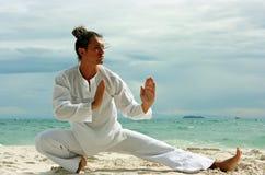 Wushu Mann auf dem Strand stockbilder