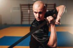 Wushu mistrz z ostrzem w akci, sztuki samoobrony Zdjęcie Royalty Free