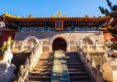 Wutaishan (góra Wutai) scena. Główna brama Buddha wierzchołka świątynia. (Pusa Ding) Zdjęcie Stock