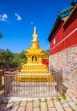 Wutaishan (góra Wutai) scena. Złocista stupa na z tmple ściany. Obrazy Royalty Free