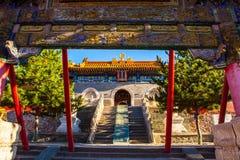 Wutaishan (montering Wutai) plats. Maingaten av templet för Buddhaöverkant (Pusa Ding). Royaltyfri Bild