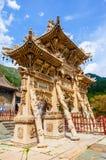 Wutaishan (supporto Wutai) scena-ha scolpito il torii di pietra davanti alla porta del tempio di Longquan. Fotografia Stock