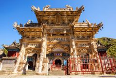 Wutaishan (supporto Wutai) scena-ha scolpito il torii di pietra davanti alla porta del tempio di Longquan. Fotografia Stock Libera da Diritti