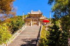 Wutaishan (supporto Wutai) scena-ha scolpito il torii di pietra davanti alla porta del tempio di Longquan. Fotografie Stock